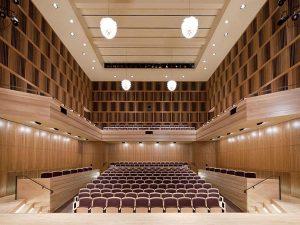 Lựa chọn màu ghế hội trường có tính tương đồng với tường và nền nhà là phương án an toàn nhất