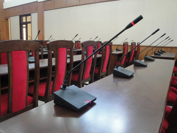 Bàn và ghế hội trường gỗ tự nhiên tạo nên sự sang trọng, hiện đại mà không mất đi nét mộc mạc và cổ điển