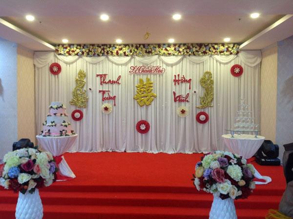 Chọn bộ rèm màu trắng làm phông nền là phù hợp nhất cho không gian đám cưới