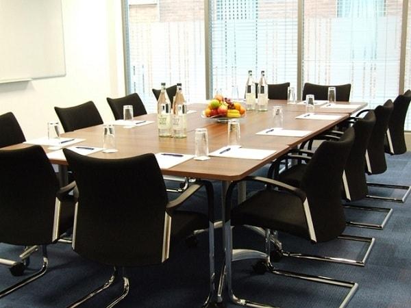 Vì sao ghế chân quỳ inox được nhiều lựa chọn làm nội thất văn phòng?