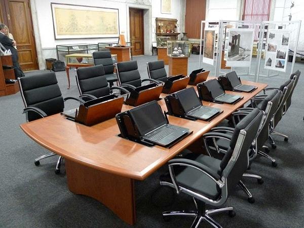 Bàn phòng họp vàng xanh, ghi chì của Hòa Phát là hai dòng bàn họp có nhiều ưu điểm