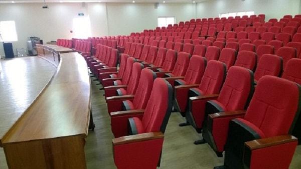Ghế hội trường xếp theo hình vòm cung và từ thấp đến cao